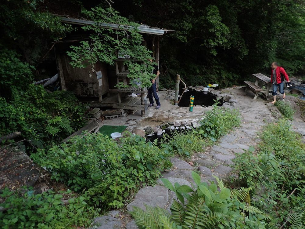 川沿いの掘っ立て小屋と岩風呂、泉質はアル単