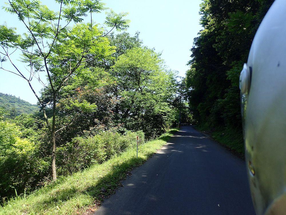 へびん湯への道は大荒れの未舗装路!セダンなどは要注意