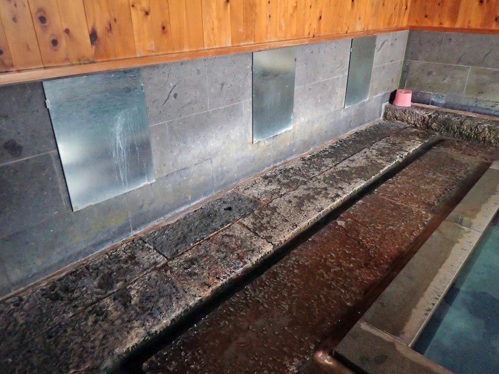 湯の花舞うお湯は源泉の蒸気から造成された「噴気造成泉」