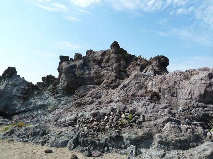 日本海の海の側に彫られた十六羅漢岩!