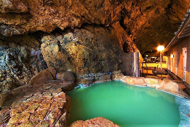 幽霊も帰りたくない!?神秘的な洞窟温泉「忘帰洞」「玄武洞」