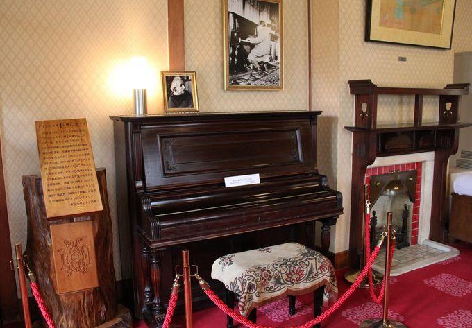 ラウンジにはアインシュタイン博士が弾いたピアノも