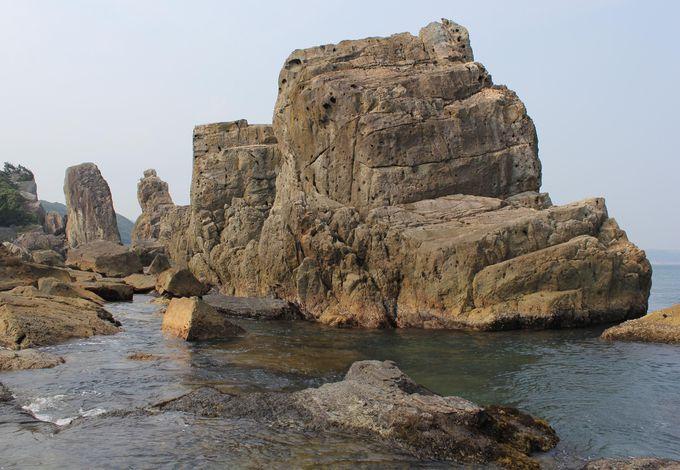 潮が引いた橋杭岩 岩場遊びはスリルが味わえる
