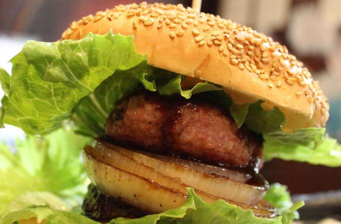 泉州タマネギ、水ナスをはさんだボリューム満点のハンバーガー
