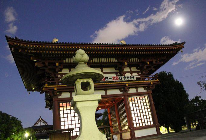 ひっそりとした満月に照らされた四天王寺の西大門