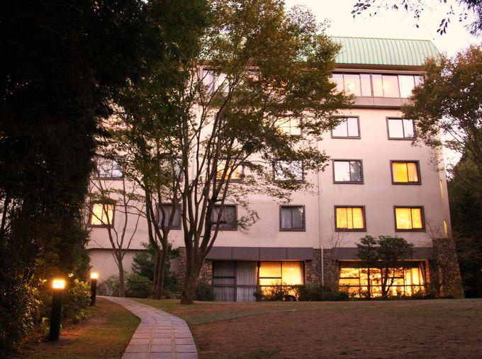 """森の中に溶け込む六甲山ホテル本館 上層階から""""1000万ドルの夜景""""が"""