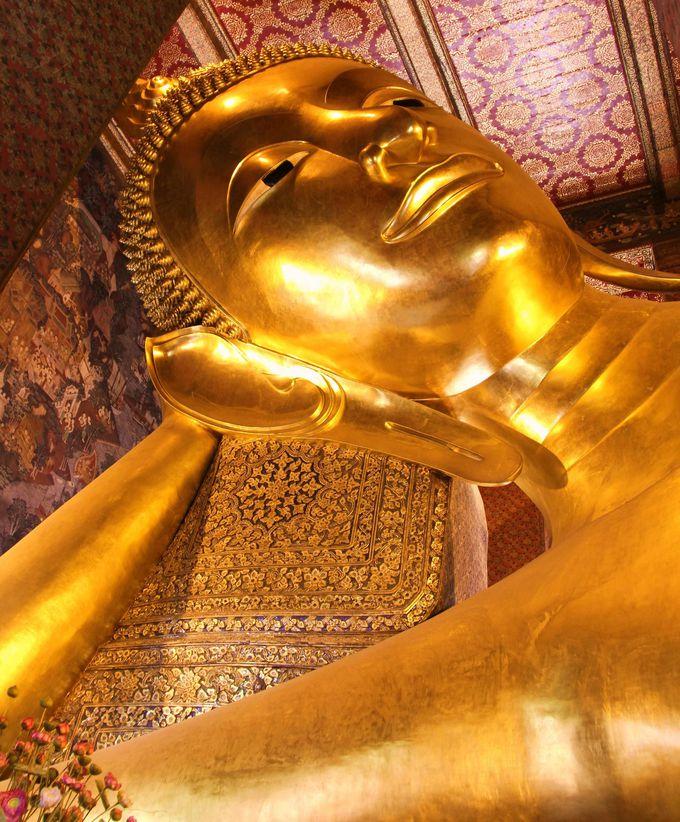 リラックスした悠然としたお姿に感動!黄金に輝く巨大な釈迦涅槃仏