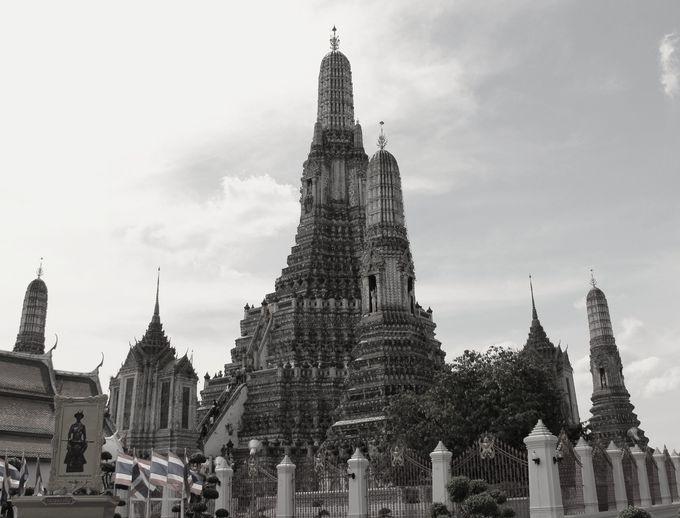 天に向かって、まっすぐそびえ立つ大仏塔 バンコクを代表する風景
