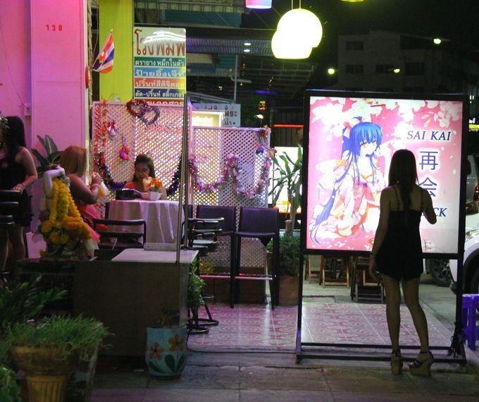 ユニークな店名が並ぶカラオケ店!得意の歌で日タイ交流!?