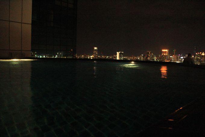 テラス席にはプールも!水の中に揺れる光が涼しげ