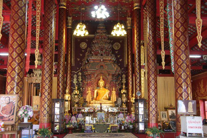 荘厳な拝殿。壁画や装飾が美しい