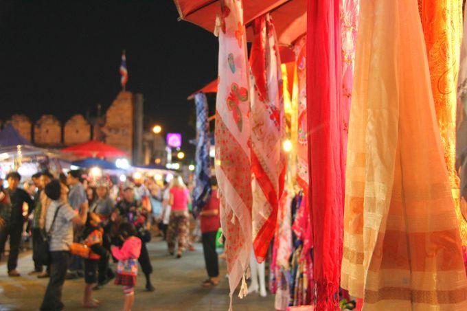 ターペー門周辺、「サンデー・ナイト・バザール」も楽しい!