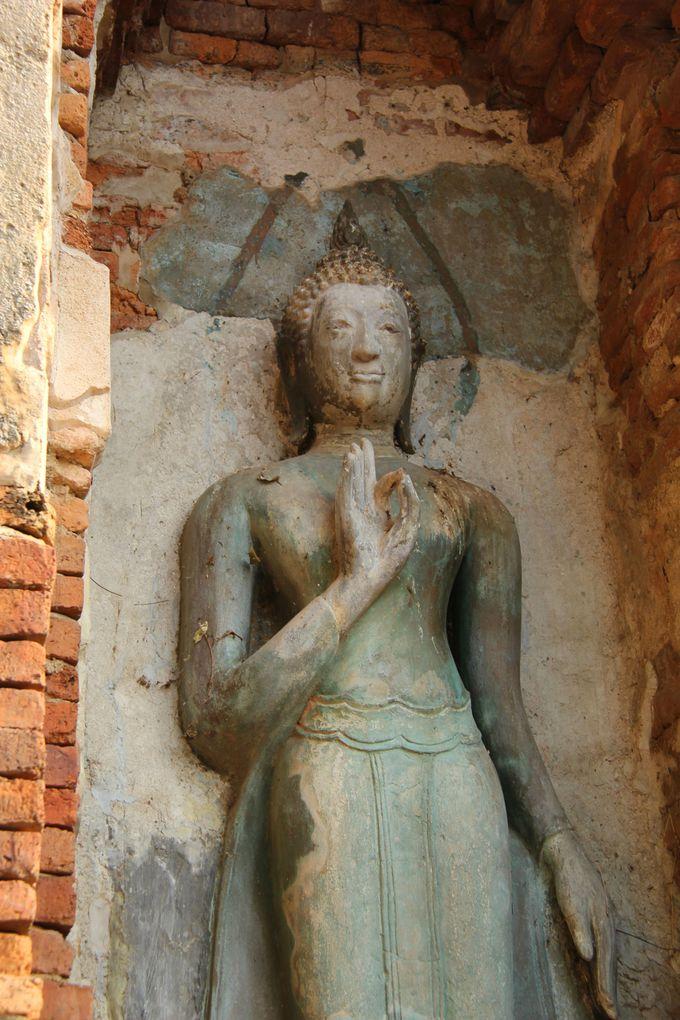 復元を待つ仏像。この先にどんな笑みが…
