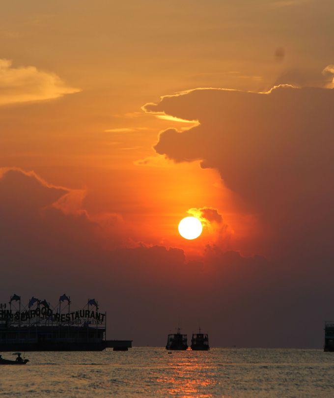 絶景の夕陽のスポット!船上レストランで新鮮なシーフードも