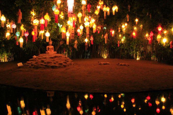 揺らめくチェンマイ独自の明かり。平安時代の闇が古都を包む