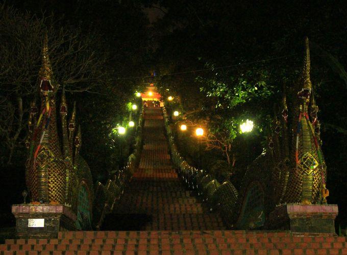 ここは天界と下界の入り口?闇夜を照らせ、時空を越えた蛇神の階段