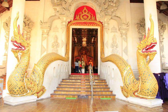 意外にも美しい本堂!蛇神のナーガも見どころの一つ