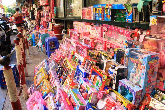 歩道を独占するおもちゃの数々…