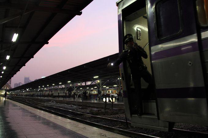 夕暮れ迫る雲の中、立ち去る列車に思わず「敬礼っ!」