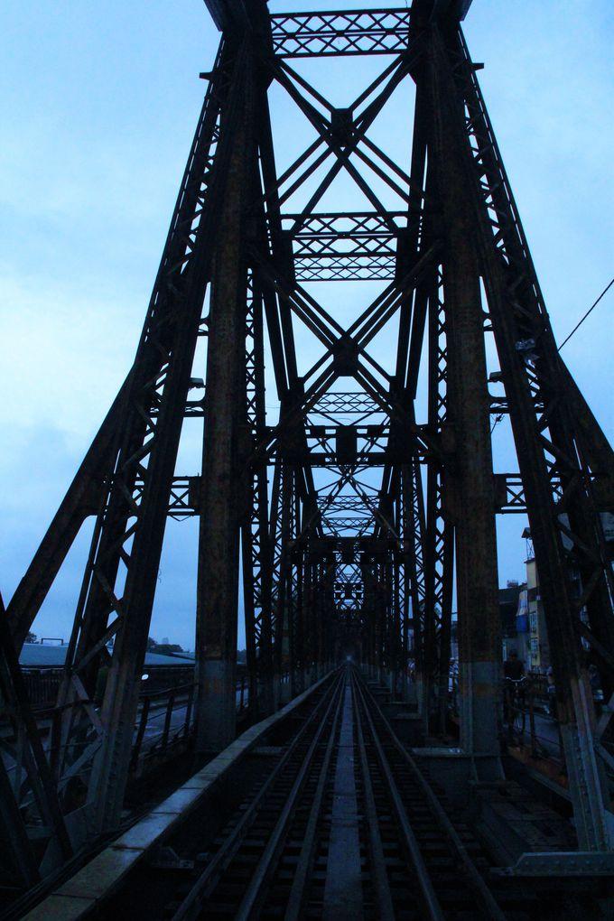 雨に濡れ、孤高に建ち尽す鉄の橋