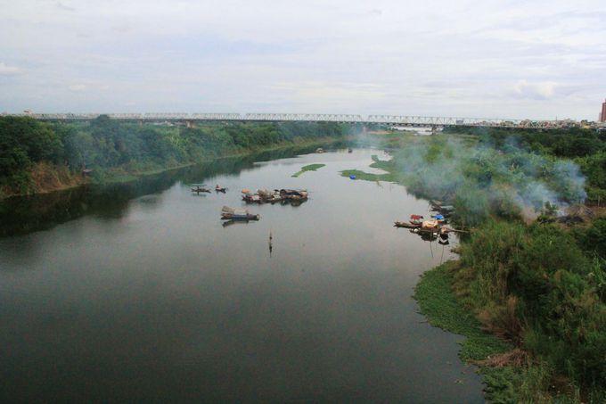 大河を渡っていく龍の姿