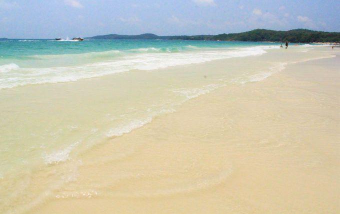 """""""鳴き砂""""の美しい遠浅のビーチ"""