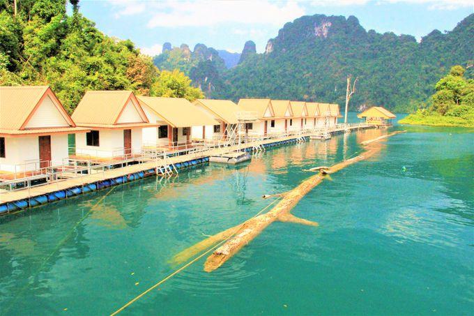 """詩情豊かなカオソックの風景!""""タイの桂林""""チャオラン湖、スリルのイカダツアー、神秘的な水上コテージ"""