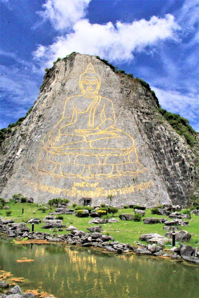 金色の巨大大仏壁画!「ワット カオシーチャン(Wat Khao Chi Chan)」