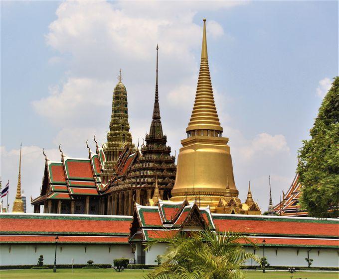 壮麗にそびえる3つの仏塔!守り神の仏像もユニーク「王宮&ワット・プラケオ(エメラルド寺院)」