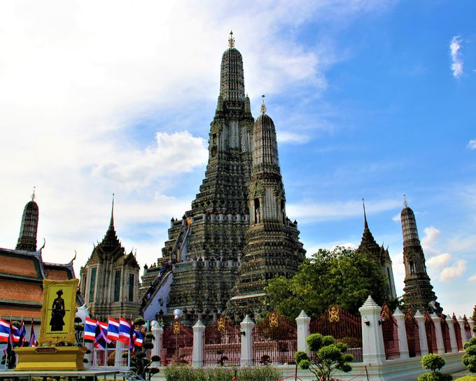 聖なる輝き!バンコク風景の象徴「ワット・アルン(暁の寺)」