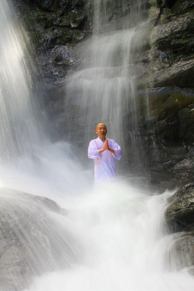 そして、ついに滝行を体験!キラキラ美しい水の滴
