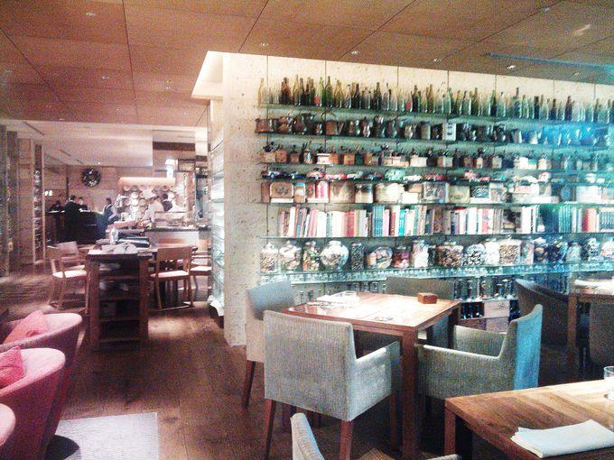 遊び心いっぱいのレストラン「カフェ(CAFFE)」
