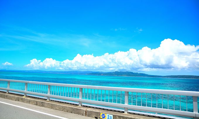 空とコバルトブルーの一体感を撮影できるスポット!『古宇利大橋』