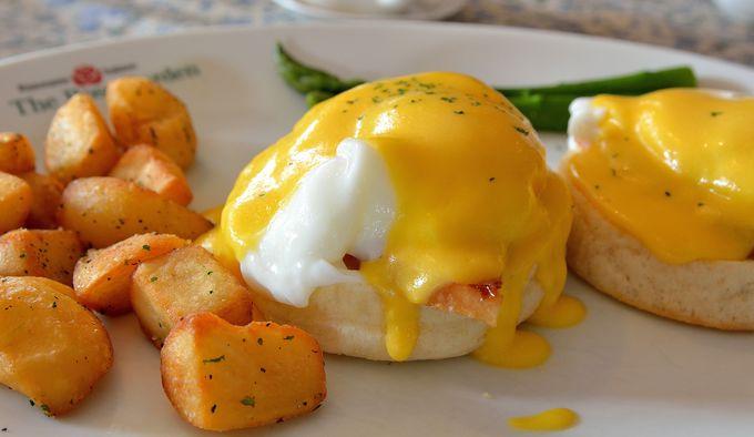 沖縄ならでわの雰囲気で食す絶品「エッグベネディクト」!『ローズガーデン』