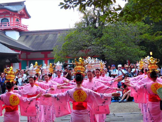 山鹿灯籠祭りは大宮神社での奉納灯籠踊りでスタート