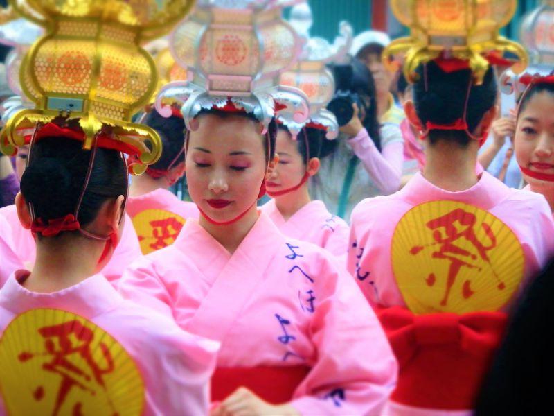 熊本・山鹿灯籠祭りで、千の灯りに「あなたもお酔い」