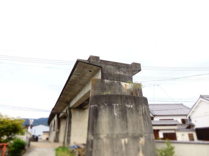 古い町並みに突然現れる、行先の途絶えた鉄道橋梁跡