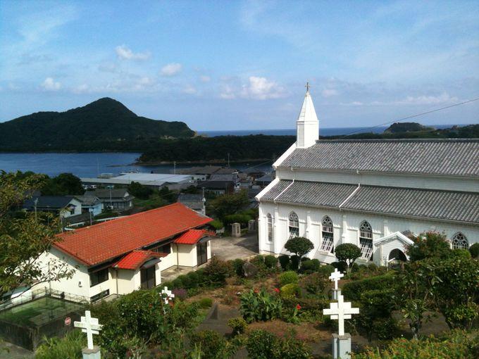 高台から美しい入江を望む、水の浦教会