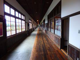 日本一長い木造廊下で雑巾がけに挑戦?愛媛・旧宇和町小学校|愛媛県|トラベルjp<たびねす>