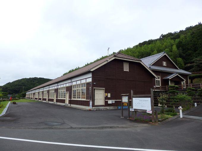 旧宇和町小学校は宇和盆地を見下ろす高台に佇む、古い木造校舎