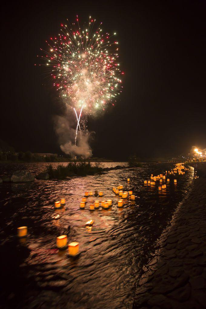 永平寺大燈籠流しフィナーレは花火と燈籠のコラボレーション