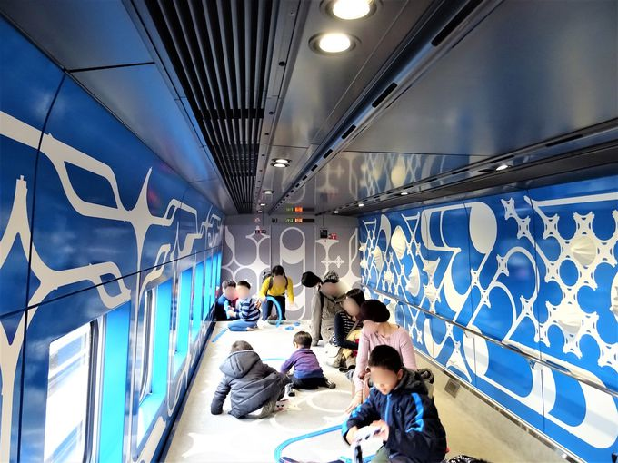 現美新幹線は、インテリアもすべてアート作品