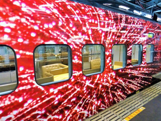 現美新幹線の圧巻の外観は、蜷川実花さんの作品