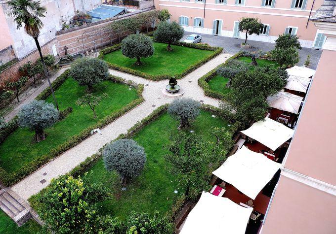 柑橘類やオリーブの木々が迎えてくれる中庭