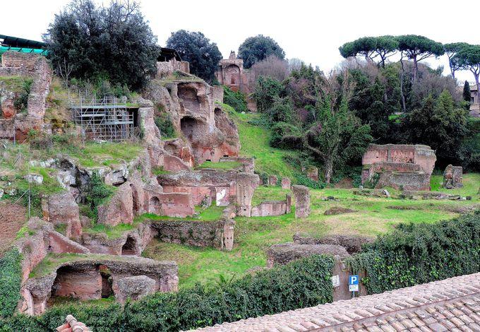 窓からパラティーノの丘のローマ遺跡が!