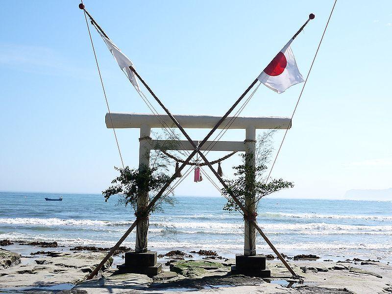 きみは鵜原海水浴場に建つ鳥居の謎を知っているか?