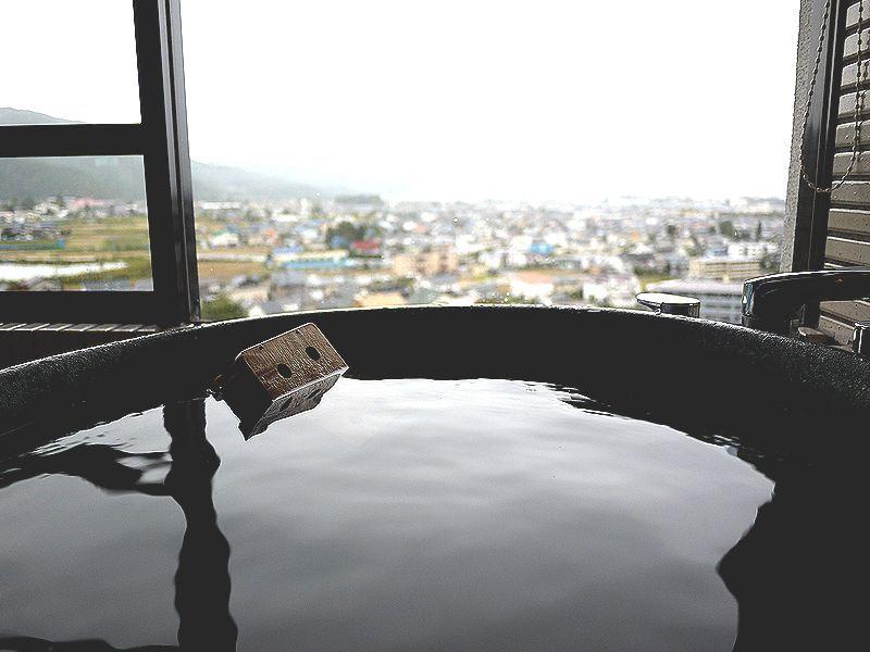 展望風呂付き客室から松本市内を眺めれば我れも城主気分!