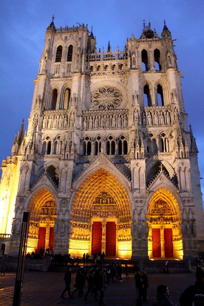 「石の百科事典」と呼ばれる彫刻に囲まれた世界遺産、アミアン大聖堂
