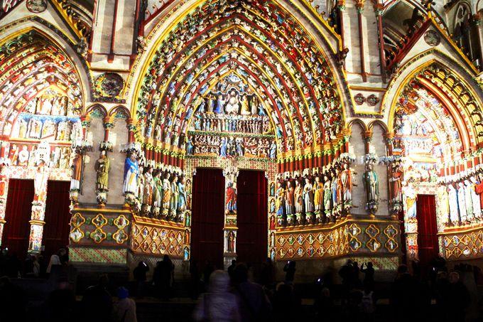 聖人や使徒の彫刻、マントの色も見事に再現!