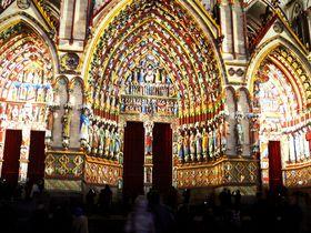 中世の色が鮮やかに!フランス・アミアン大聖堂のXmasライトアップ